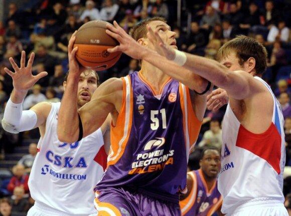 """Robertas Javtokas (""""Valencia""""), Dmitrijus Sokolovas ir Matjažas Smodišas (CSKA)"""