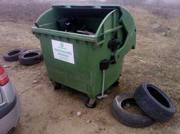 Senos padangos paliekamos prie konteinerių