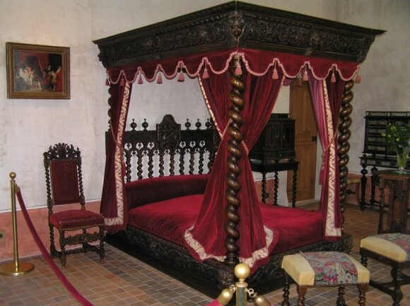 Šioje lovoje Clos Luce ilsėjosi Leonadras da Vinči