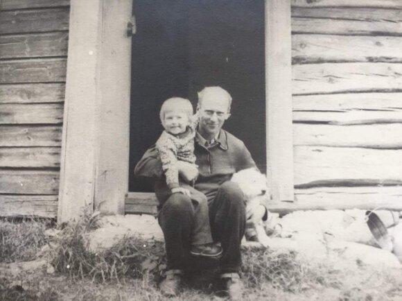 Jokūbas Vilius vaikystėje su seneliu Broniumi ir šunimi Bulka