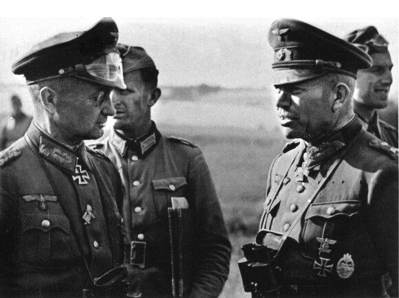W. Modelis (kairėje) kalbasi su H. Guderianu