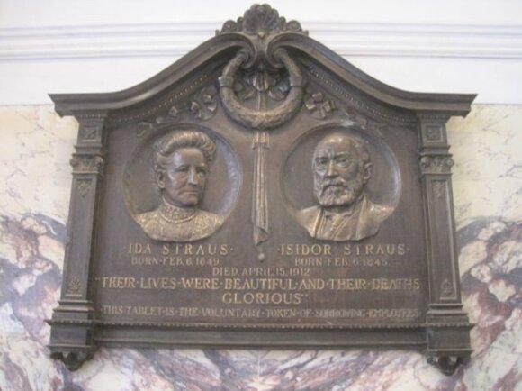 Idos ir Izidoriaus Strausų memorialinė lenta Manheteno Macy's