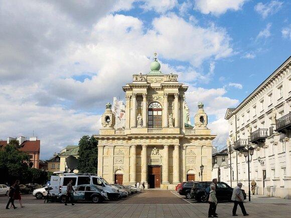 Karmelitų bažnyčioje tuokėsi ištisos Radvilų kartos, tad virš fasado galima pamatyti šios giminės herbą