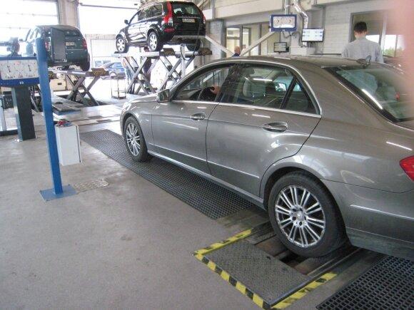 Automobilio šeimininkas techninėje apžiūroje: dalyvauti negalima stebėti – kur dėti kablelį?