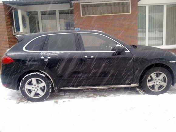 """Medininkų pasienio kontrolės punkte sulaikytas įtartinas """"Porsche Cayenne"""""""