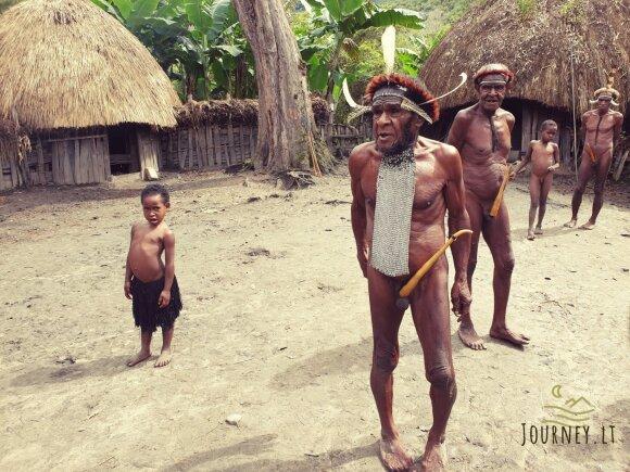 Lietuvis išvydo pribloškiančias genties tradicijas: moliūgėliais pridengti vyriški pasididžiavimai ir protėvio mumija, kurią vietiniai nešiojasi su savimi