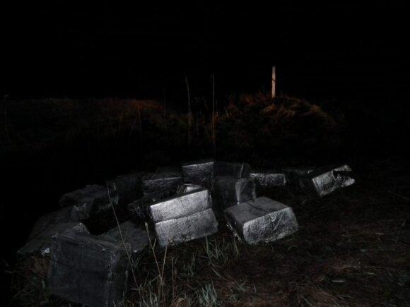 Varėnos rajone įkliuvusius kontrabandininkus išdavė upeliu plaukiantis ryšulių karavanas