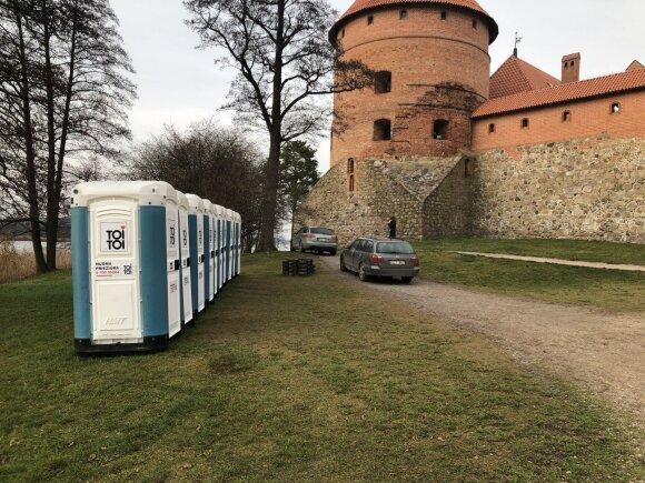 Trakų pilies grožį užgožę lauko tualetai kelia pasipiktinimą: gėda prieš užsieniečius