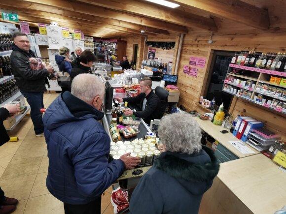Prieš šventes lietuviai plūsta į Lenkiją: dėžėmis perkamas alkoholis ir prekybininkų naudojamos gudrybės