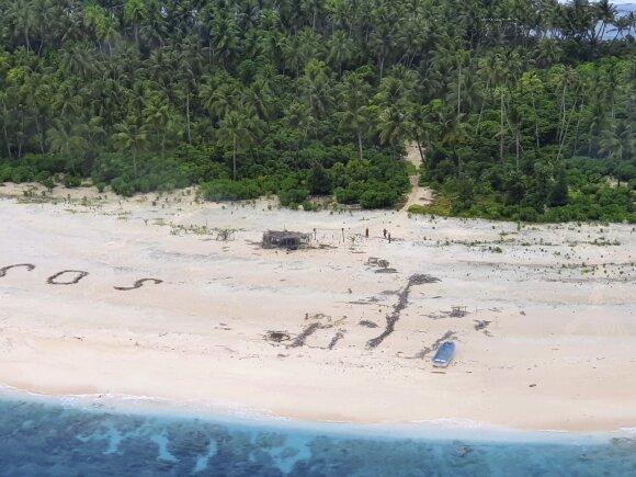 Tropinėje saloje įstrigę jūreiviai išsigelbėti po to, kai užrašė SOS signalą ant smėlio