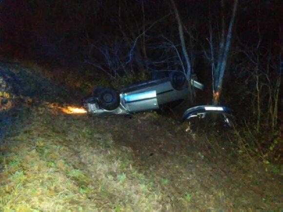 Nuo apledėjusio kelio nulėkė automobilis: vairuotojas sunkiai sužalotas