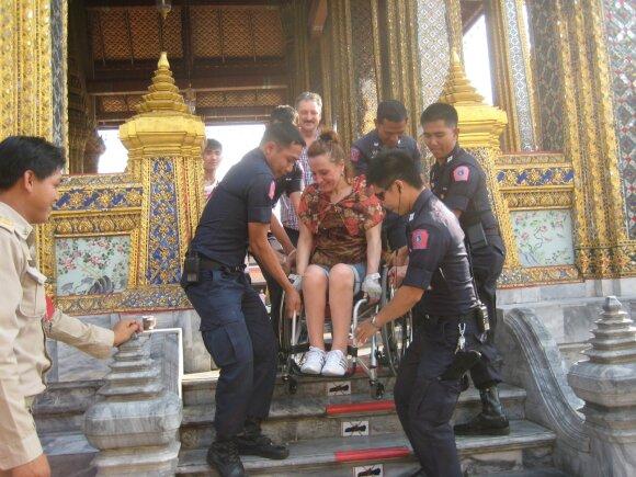 Nuo trylikos metų neįgaliojo vežimėlyje sėdinti Aušrinė kupina optimizmo: keliauja į egzotines šalis, nardo ir slidinėja
