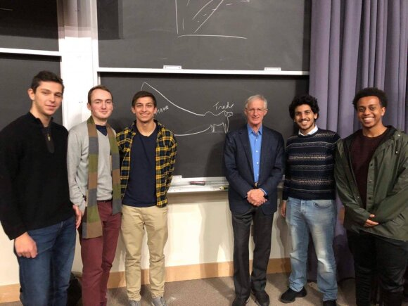 Jonas su kursiokais ir Viljamu Nordhausu, kuris praeitais metais laimėjo Nobelio premiją