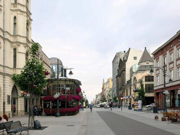 Piotrkovska – viena ilgiausių (4,2 km) komercinių Europos gatvių, tad pasivaikščiojimas trunka ilgai. Čia veikia parduotuvės, barai, restoranai, bankų atstovybės