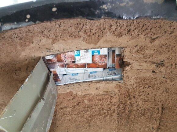 Baltarusis ir vilnietis automobilių slėptuvėse gabeno po tūkstantį pakelių cigarečių