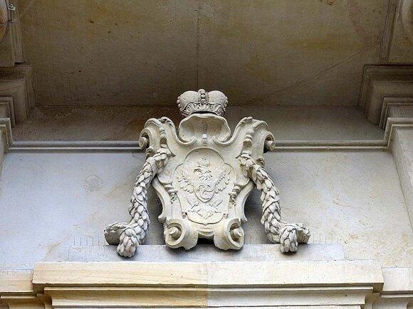 Radvilų giminės herbas – virš Karmelitų bažnyčios fasado