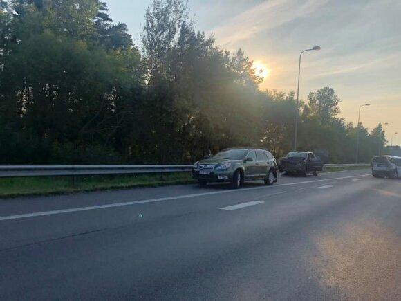 Sekmadienio vakarą, daugybei žmonių grįžtant į Vilnių, prie sostinės susidūrė 4 automobiliai