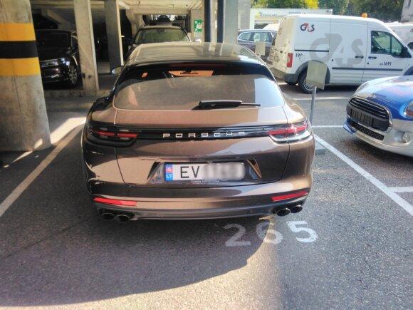 DELFI skaitytojų užfiksuoti prabangūs automobiliai su elektromobiliams skirtais valstybiniais numeriais