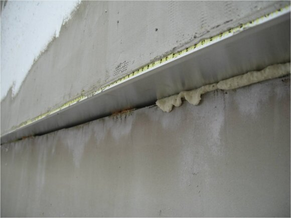 Netinkamai užsandarinta siūlė tarp cokolio ir sienos šiltinimo plokščių / BETA nuotr.