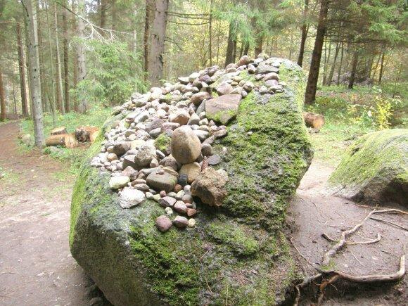 Lopaičiių piliakalnio norų akmuo
