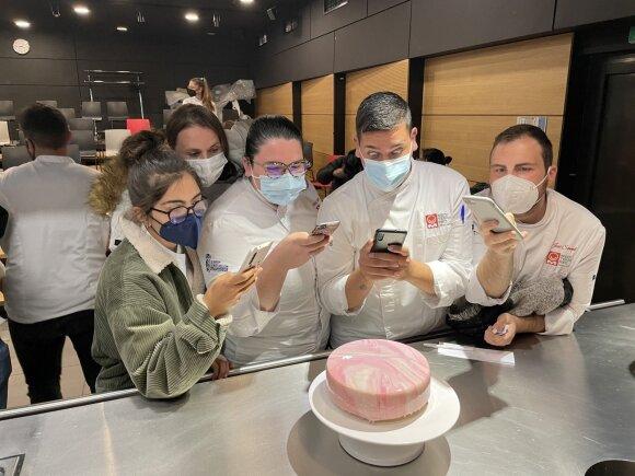 Kulinarijos akademijoje Viktorija pradėjo dirbti kaip šefo asistentė, tačiau vos po poros savaičių studentams ėmė vesti demonstracines pamokas. Nuotraukoje − veidrodine glazūra aplietas Viktorijos tortas