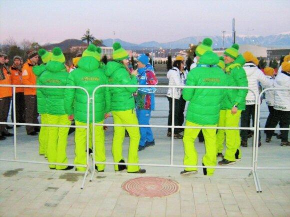 Lietuvos delegacija laukia, kol pajudės link stadiono