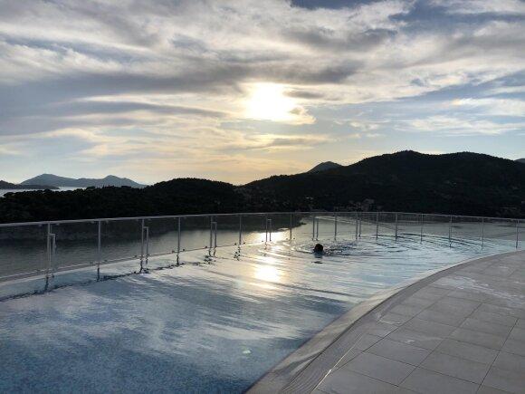 Viešbutis su baseinu ant stogo