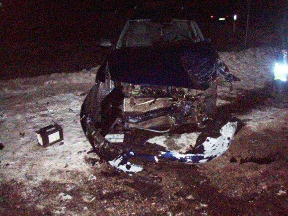 Utenoje per avariją sužalotą moterį iš sumaitoto automobilio vadavo ugniagesiai