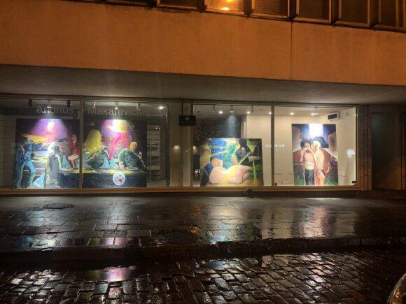 Andriaus Makarevičiaus darbai matomi pro galerijos langą