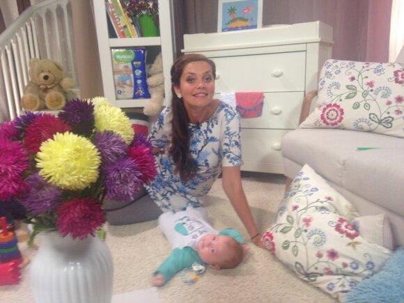 Eglė Skrolytė į mokyklą išleidžia dukrytę Meilę