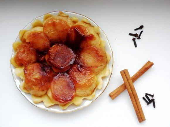Apverstas karamelizuotų obuolių pyragas