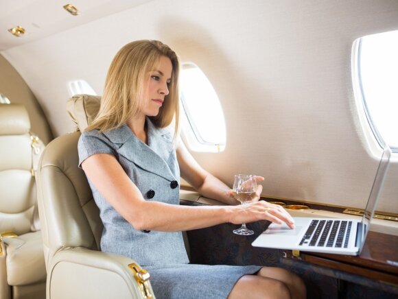 Stiuardesės atskleidė, ką derėtų vilkėti, jeigu norite nemokamai patekti į verslo klasę