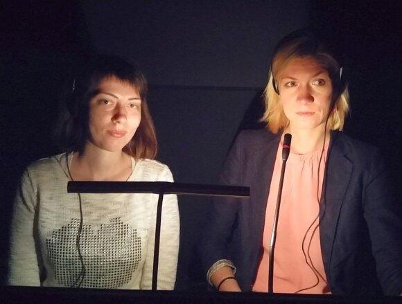 Dainora Maumevičienė (dešinėje) ir studentė vertėjauja KNDT