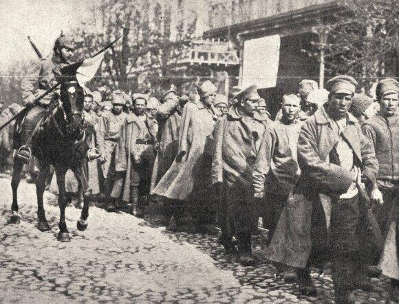 Vilniaus gatvėmis vedami prie Naručio į nelaisvę patekę rusai. Vokiečių kariuomenės feldfebelio Schneiderio nuotrauka. 1915 m.