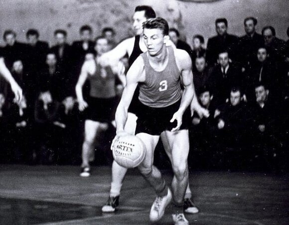 Three Latvians also featured in the USSR team as Valdis Muižnieks is pictured in action. basket.lv