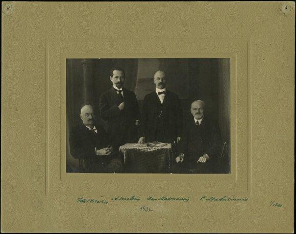 Lietuvių veikėjai Vilniuje apie 1914 m. Iš kairės: inžinierius P. Vileišis, A. Smetona, D. Malinauskas, P. Matulionis (KTU bibliotekos speciali kolekcija)