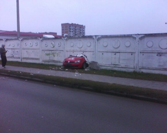 Vairavimo pamoka: pramušė betoninę sieną