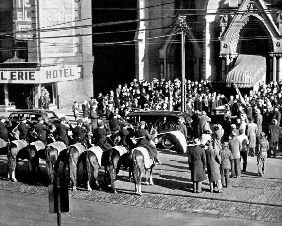 A. Smetonos laidotuvės Klyvlende, 1944 m. sausio 13 d.. Po pamaldų šv. Jono katedroje išnešamas karstas paskutinei kelionei