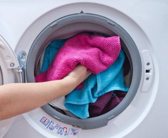 Kas nutinka virtuvinius rankšluosčius skalbiant kartu su drabužiais