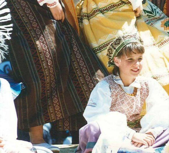 Rebecca Wiasak with the Geelong Lithuanian community at the 1995 Pako Festa. Photo courtesy of Diversitat.