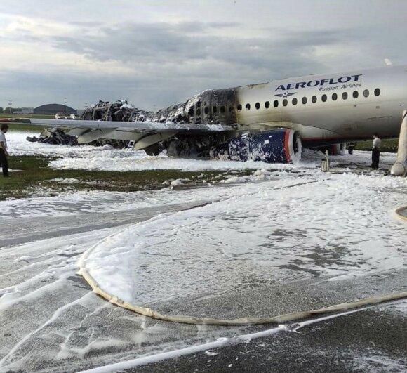 Liepsnojančiame lėktuve Maskvoje žuvo 41 žmogus, skelbiama, kad evakuaciją stabdė bagažą pasiimti bandę keleiviai