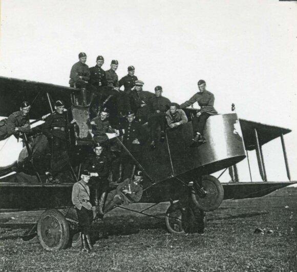 Su lietuviais lakūnais prie trofėjinio lėktuvo GOTHA. P. Hiksa – centre