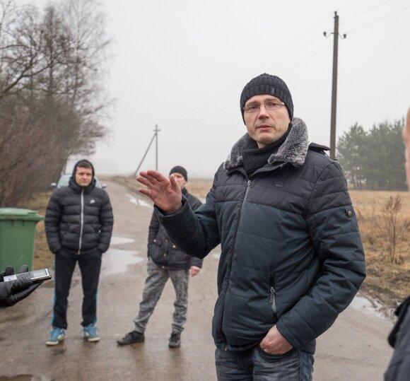"""""""Gubojos"""" sodininkų bendrijos pirmininko pavaduotojas Ž.Berlinskas primena, kad, kai dauguma gyventojų čia kūrėsi, kelias buvo geras. Jį sugadino medienos pirkliai, tvarkydami škvalo nuniokotą mišką."""