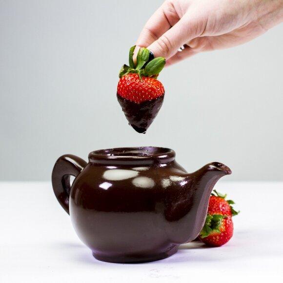 """<span style=""""color: #ff0000;"""">Įdomu:</span> arbatinukas iš šokolado, kurio neįmanoma sudaužyti"""