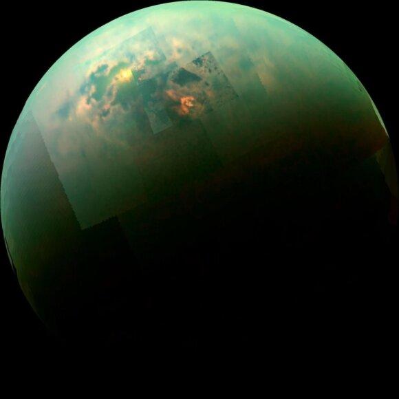 """Saturno palydovas Titanas būtų nebloga vieta silicio pagrindu sudarytai gyvybei (nuotrauka - mozaika iš zondo """"Cassini"""" kadrų)"""