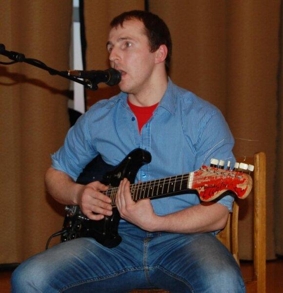 Metų mokytojas Mindaugas Bartkus mėgsta laisvalaikiu muzikuoti