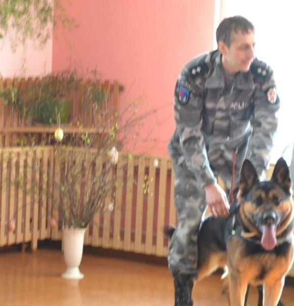 Mokykloje susipažino su tarnybiniais pareigūnų šunimis