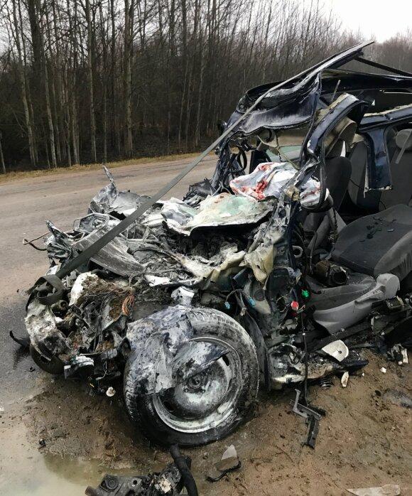 Skaudi avarija Vilniaus r.: iš po sunkvežimiu palindusio automobilio išvaduota moteris mirė ligoninėje