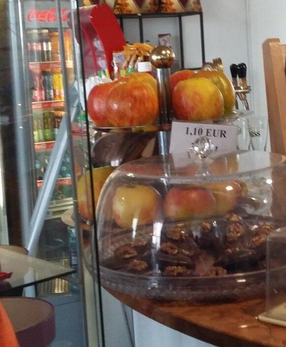 Kaina už obuolį kavinėje atėmė žadą