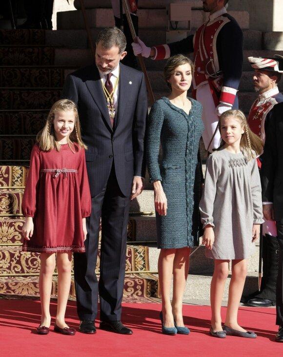 Karalienė Letizia su vyru, karaliumi Filipe'u ir jų dukromis